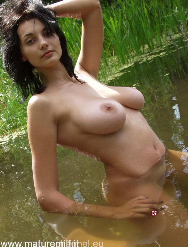 amateur_housewife_outdoor-10