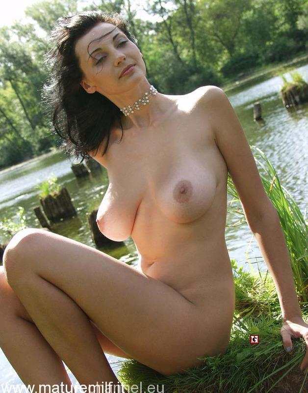 amateur_housewife_outdoor-11