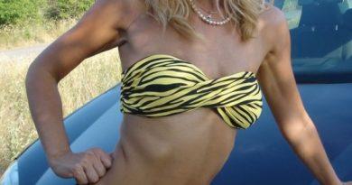 milf-troia-spogliarello-spiaggia 2